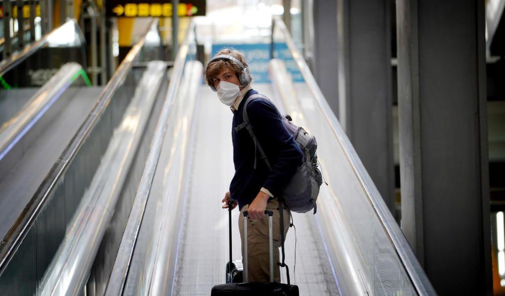 MADRID. 19.03.2020. CORONAVIRUS. Miembros de la UME limpian el aeropuerto de Barajas, terminal T4. En la imagen una hombre con mascarilla. FOTO: JOSE LUIS ROCA