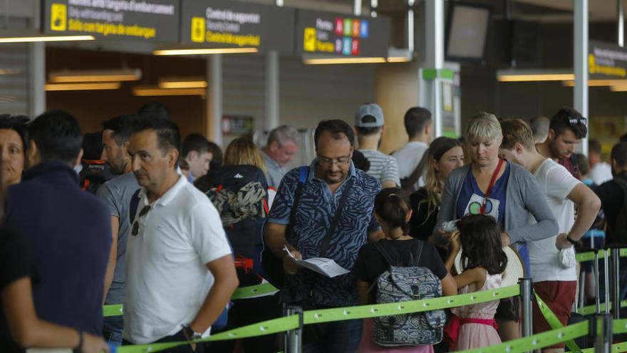 """UGT paraliza """"de momento"""" la huelga en los aeropuertos de València y Alicante"""