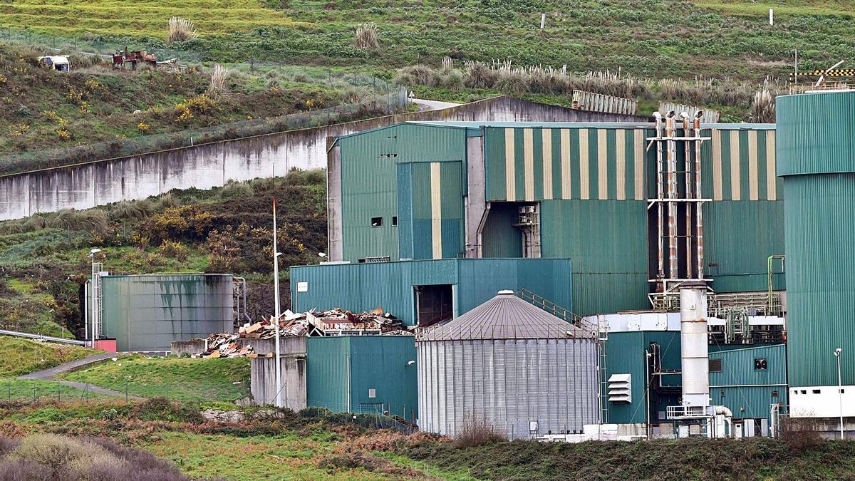 Vista desde el exterior de las instalaciones de la planta de tratamiento de residuos de Nostián.     // VÍCTOR ECHAVE