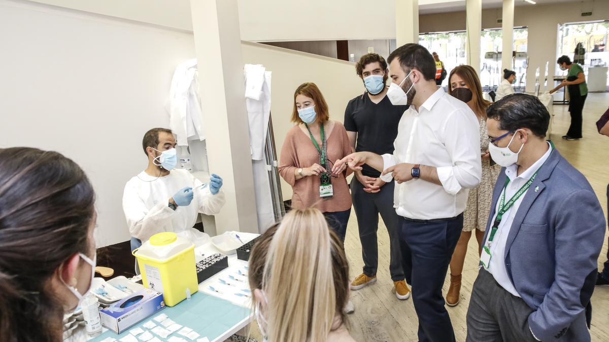El alcalde y el gerente el área de salud visitan el vacunódromo del palacio de congresos, ayer.