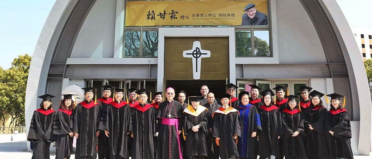 El padre Díaz de Rábago, en el centro con la beca amarilla, tras ser nombrado Doctor Honoris  Causa ayer  en Taipei