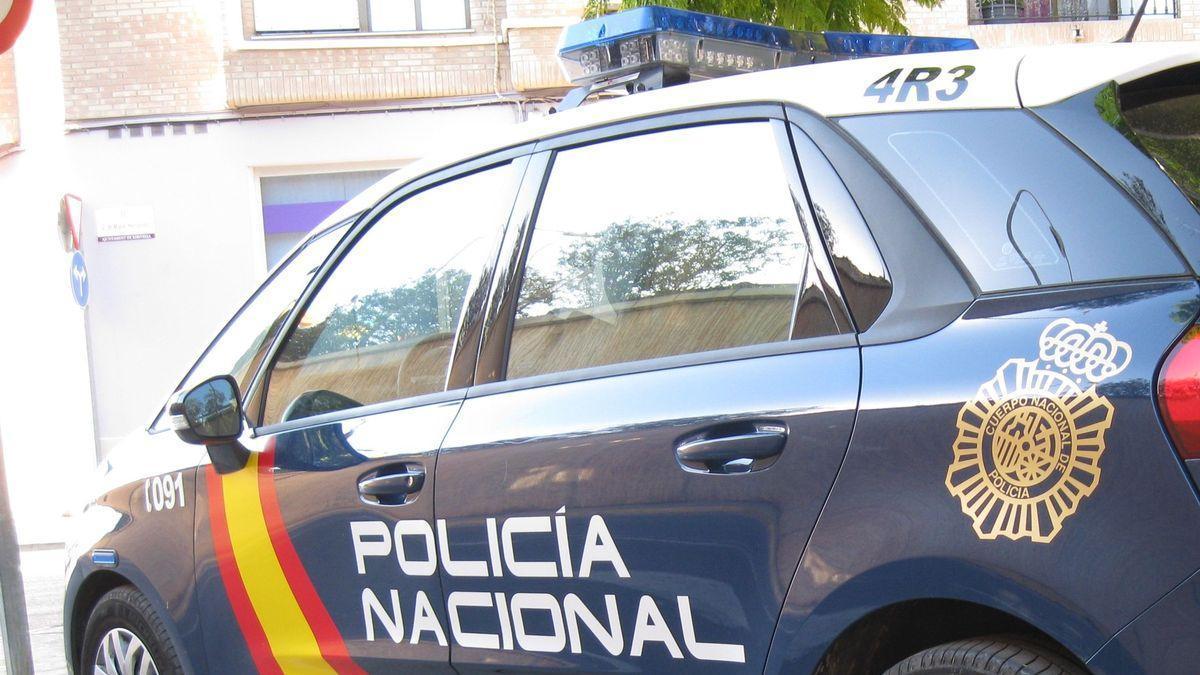 Un hombre viaja a Alicante con la novia de su amigo y luego éste le viola a él con 4 compañeros