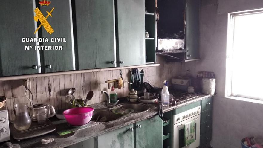 Rescatado un hombre atrapado en el incendio de su casa en La Pesga
