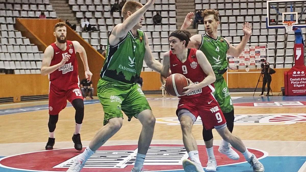 Kari Jonsson intenta penetrar a cistella durant el Bàsquet Girona-Càceres a Fontajau.