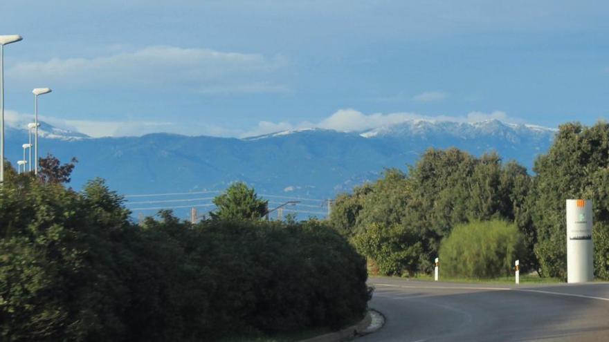 La neu enfarina les Salines i el Puigneulós i obliga a portar cadenes a tres carreteres