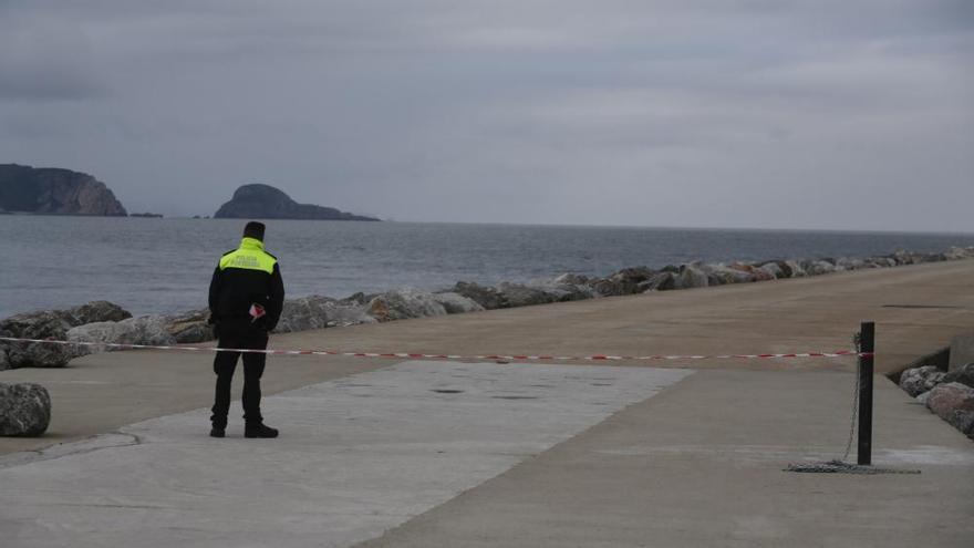 Otro muerto tras caer al mar en la zona de paso prohibido del dique de San Juan de Nieva