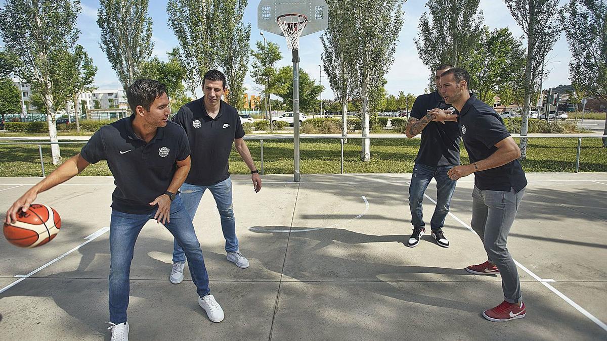 Guirao, De la Fuente, Martín i Pino jugant ahir a la pista de bàsquet a l'exterior del carrer Roberto Bolaño de Girona. | MARC MARTÍ