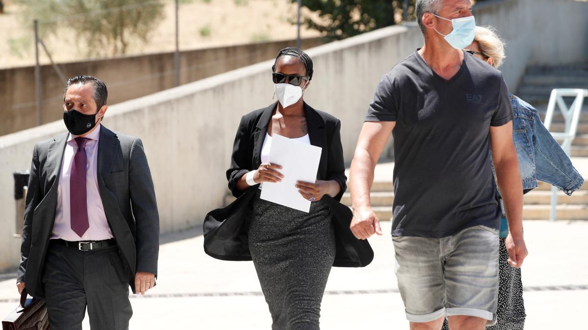 La viuda de McAfee llega a la cárcel de Barcelona en la que ha aparecido muerto el magnate
