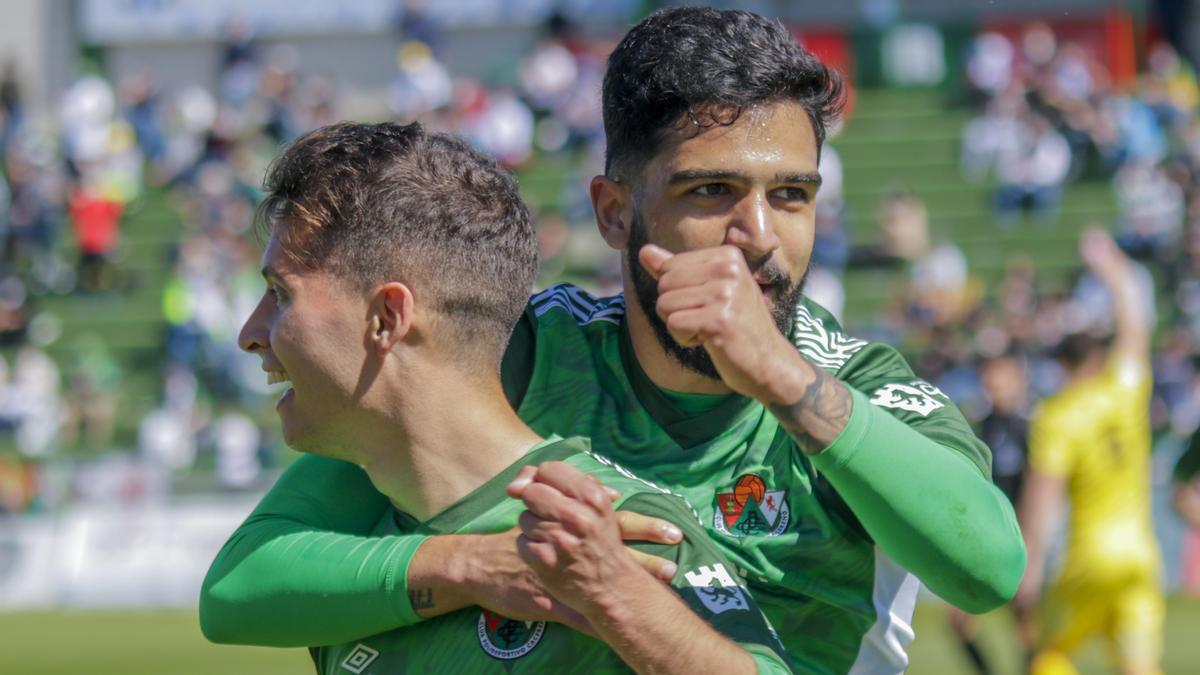 Bermu, derecha, celebra un gol del Cacereño con Pablo Platero.
