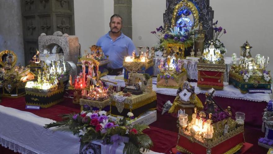 Tronos religiosos en miniatura y de materiales reciclados