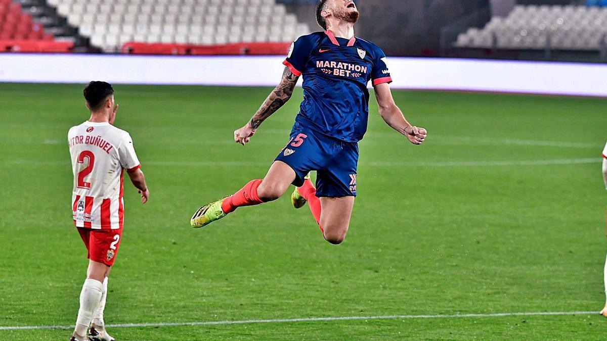 Ocampos festeja el gol de la victoria en Almería. |  // EFE