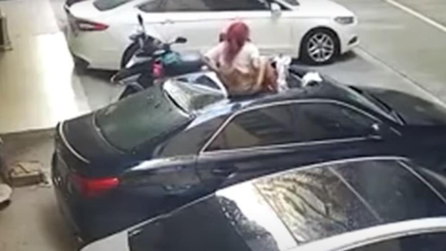 Vídeo: Una mujer sobrevive tras caer desde un balcón donde mantenía relaciones íntimas