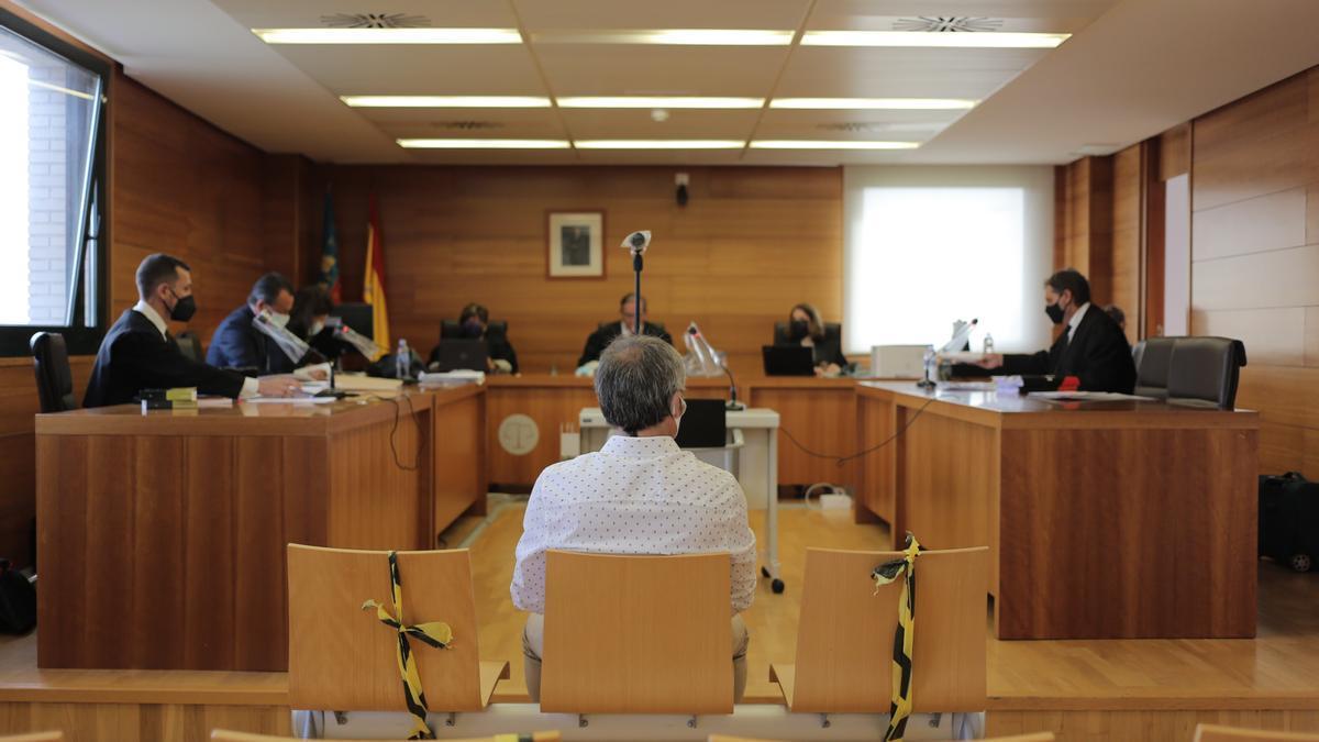 Imagen del procesado, sentado ayer en el banquillo de los acusados de la Audiencia Provincial.