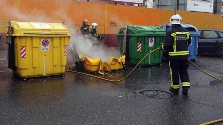 Arde un contenedor en la carretera de Trassierra