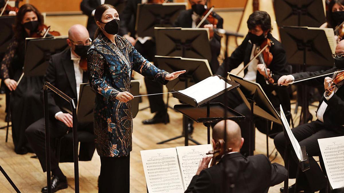 Dalia Stasevska dirige a la OSPA durante el concierto de ayer en el Auditorio.   Luisma Murias