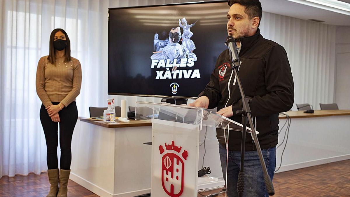 Jesús González, presidente de la JLF de Xàtiva, y María Beltrán, concejal de Falles, ayer | PERALES IBORRA