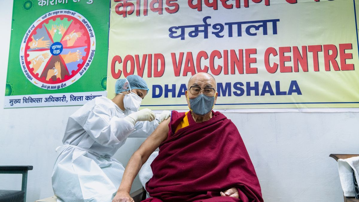 El Dalai Lama recibe la vacuna