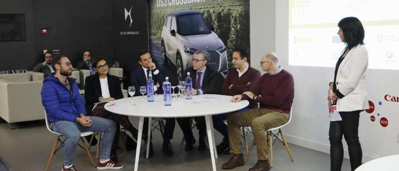 Alumnos, empresarios, dinamizadores de FP Dual y formadores, durante el encuentro celebrado ayer en el Círculo de Empresarios, en Vigo. // Alba Villar