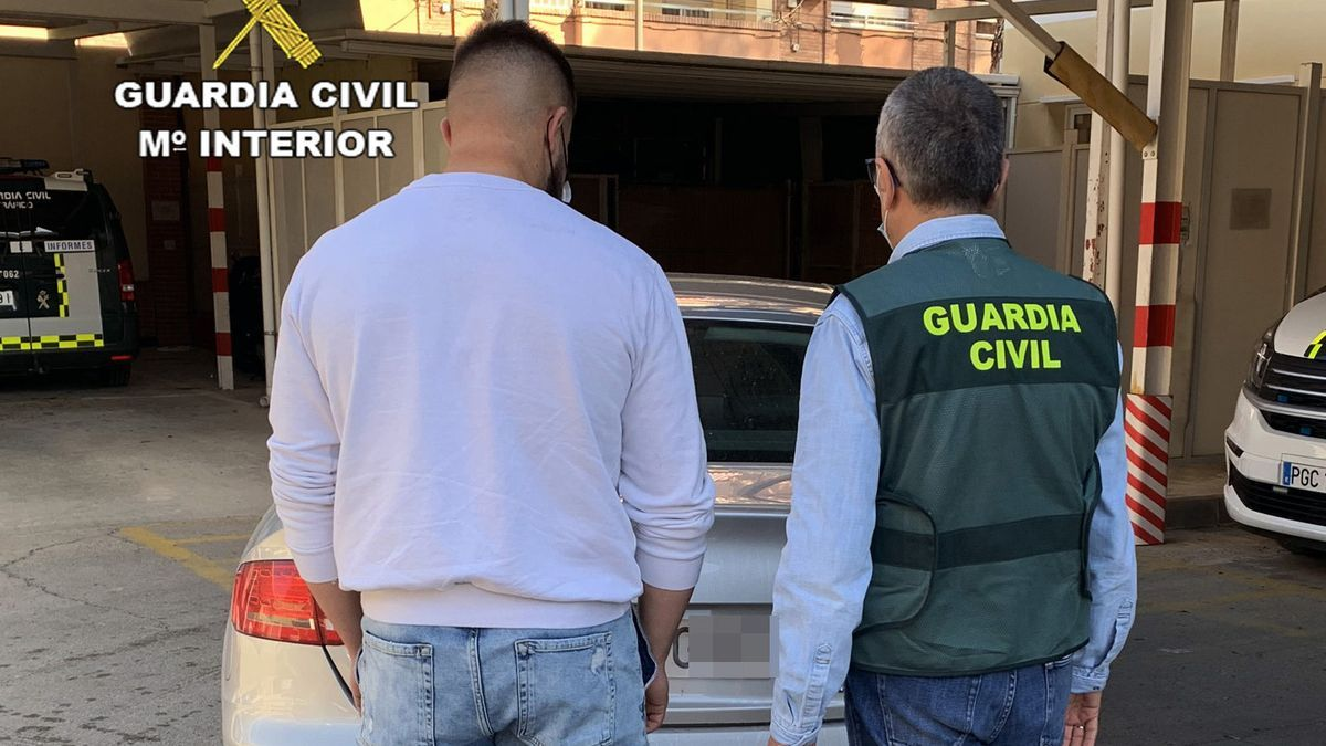 El detenido conducía un vehículo de alta gama.