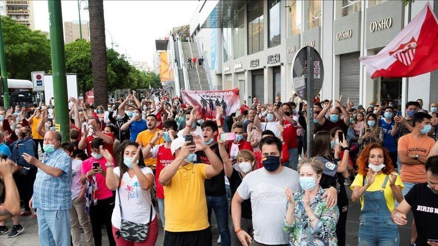 Aglomeración de aficionados ante el estadio del Sevilla antes del derbi