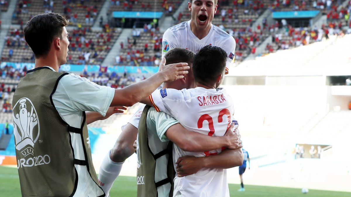 Azpilicueta celebra el tercer gol de España con Sarabia.