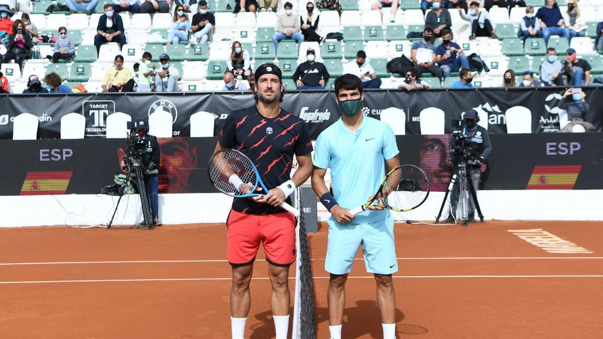 Carlos Alcaraz y Feliciano López antes del inicio del duelo en Marbella.