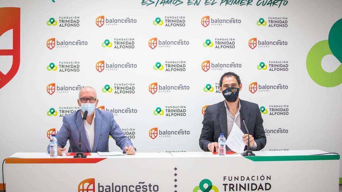 El presidente de la FEB, Jorge Garbajosa, y el director de la Fundación Trinidad Alfonso, Juan Miguel Gómez, firman el acuerdo entre ambas entidades.