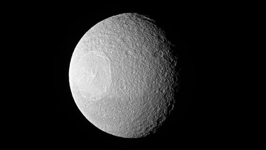 El ojo de la luna Tethys, en primer plano