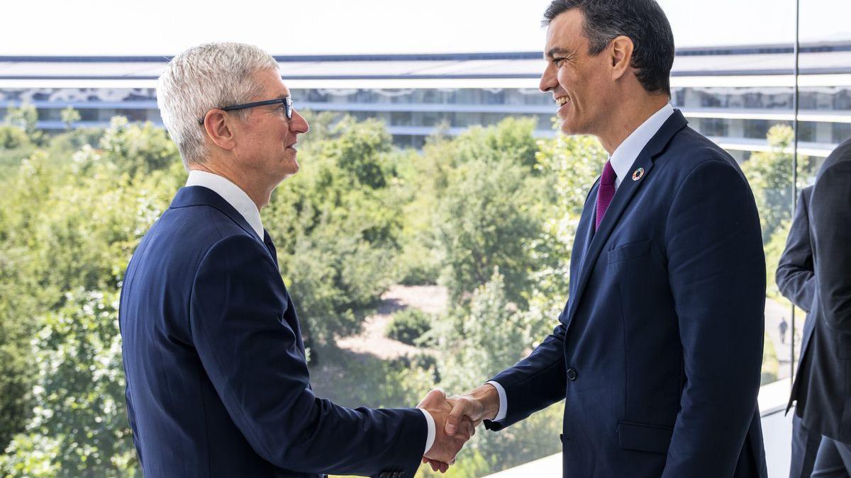 El presidente del Gobierno, Pedro Sánchez, con el CEO de Apple, Tim Cook, en la sede de la compañía.