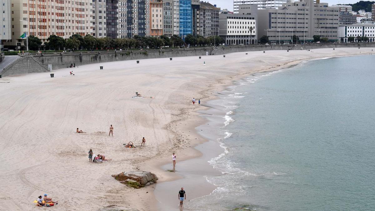 Playa del Orzán vacía en verano.