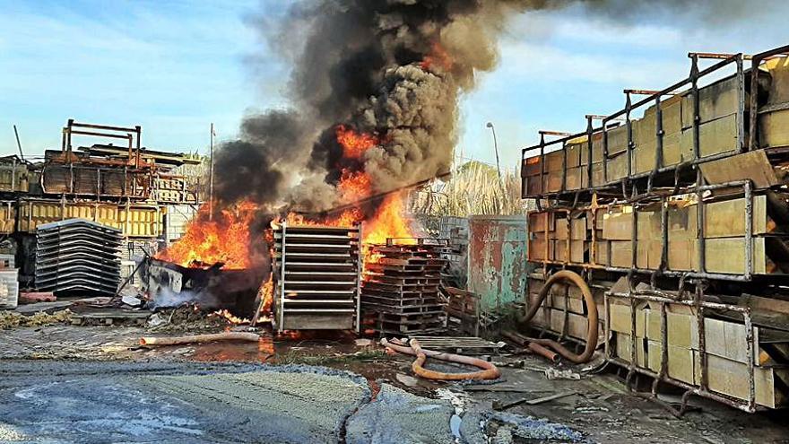 El Servicio de Emerxencias de Culleredo apaga un fuego junto a una nave en el polígono de Alvedro