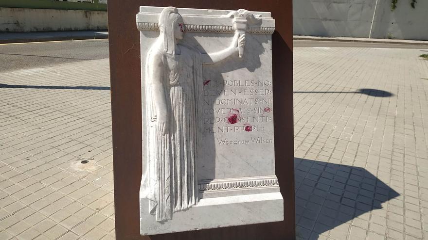 Ataquen amb pintura a Figueres el monument dedicat als Drets dels Pobles