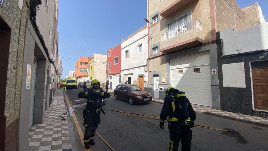 Fuego en el cuarto de una azotea en Arinaga