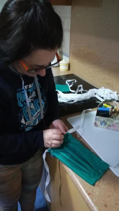 Mujeres de Sedaví que cosen mascarillas en sus casas.
