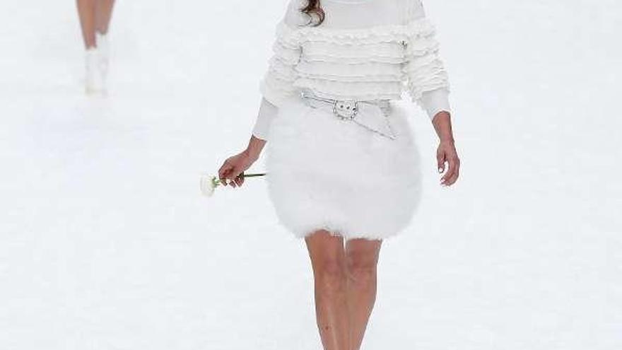 Pe, blanca y radiante por Karl Lagerfeld