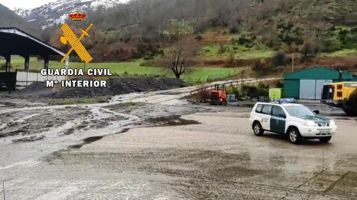 Un vehículo de la Guardia Civil en la Mina de Cerredo.