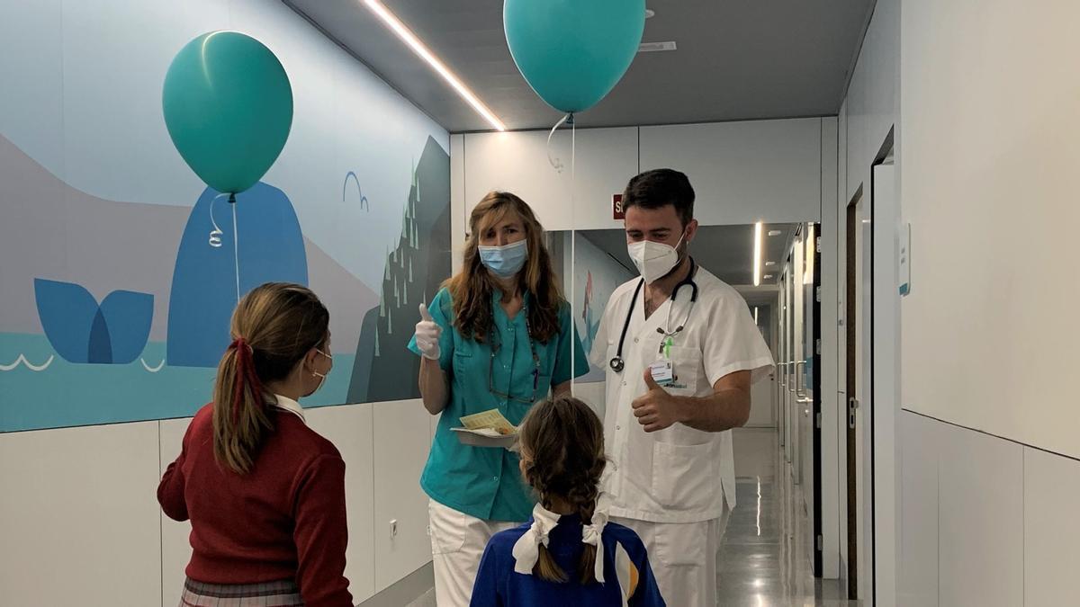 Profesionales del Hospital Quirónsalud Córdoba con unos niños.
