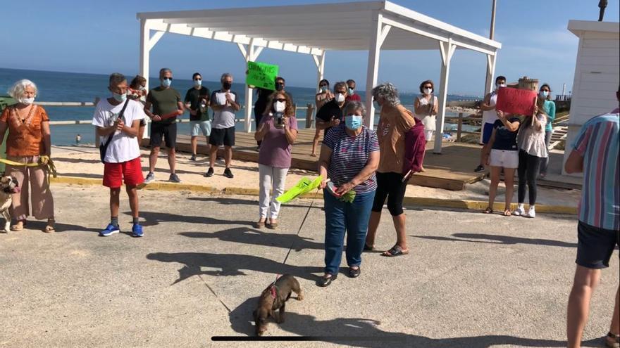 Protesta autorizada contra el chiringuito instalado en la playa de Los Jesuítas en La Torre de Pilar de la Horadada