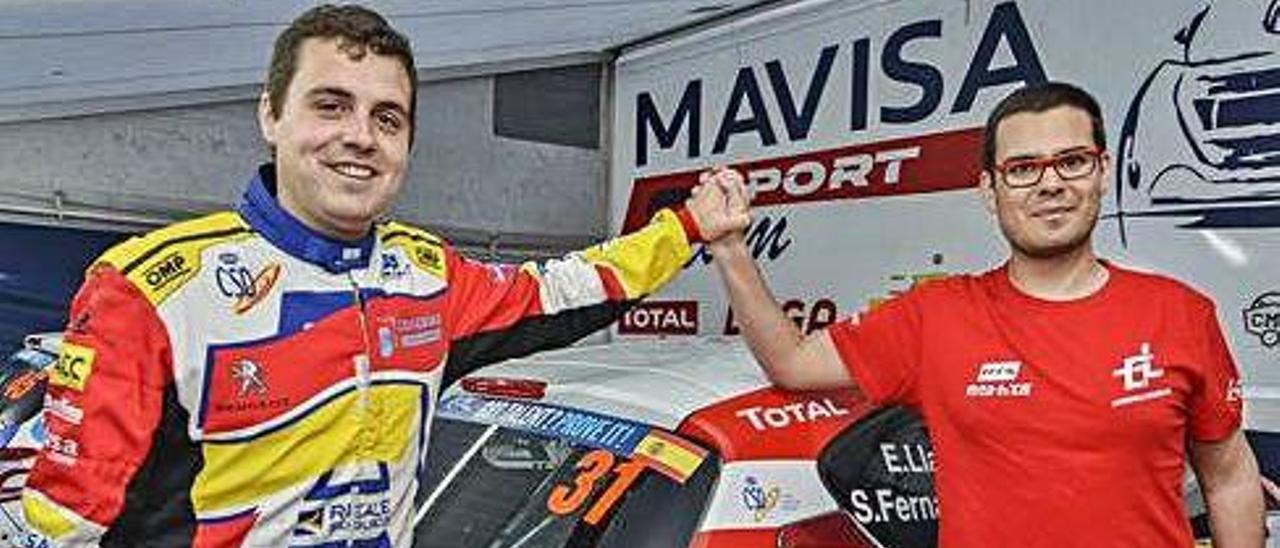 Javier Lorenzo -derecha-, en el box del equipo de su amigo Efrén Llarena en Santa Catalina.