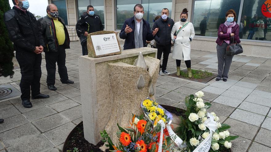 Flores para homenajear a las víctimas de tráfico en Vigo