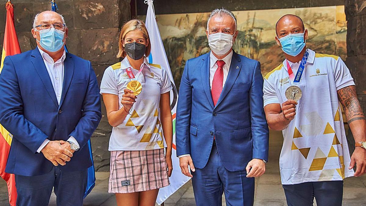 El director general de Deporte Manolo López, la nadora, Michelle Alonso, el presidente Torres y el gimnasta Zapata.     EUROPA PRESS