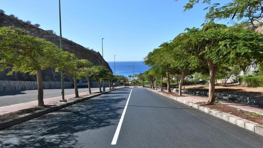 Mogán asfalta las calles de Amadores ante la inacción del promotor de la urbanización