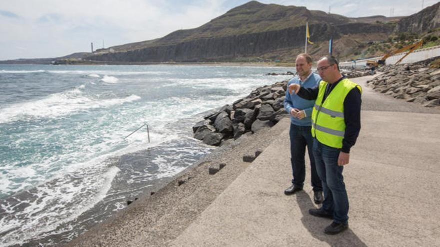 El Ayuntamiento procede a la limpieza de áridos acumulados en las piscinas naturales de La Laja