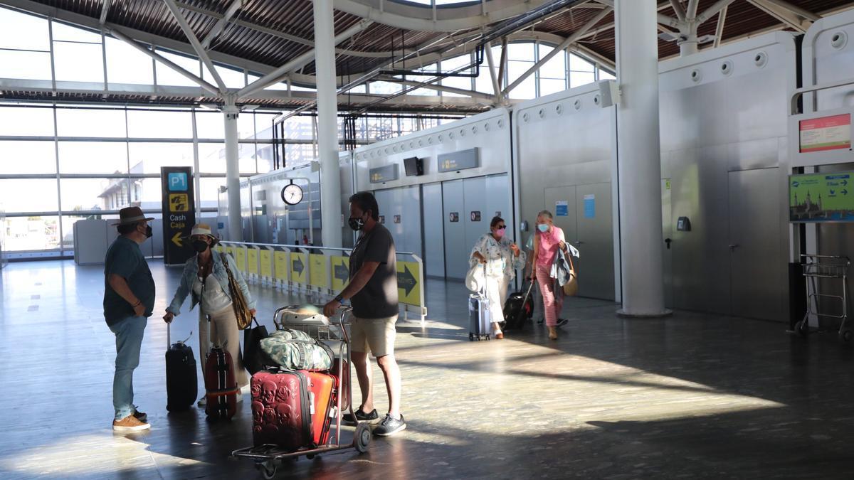 El aeropuerto de Zaragoza recibía a unos pasajeros que llegaban de Ibiza, y despedía a otros con el mismo destino