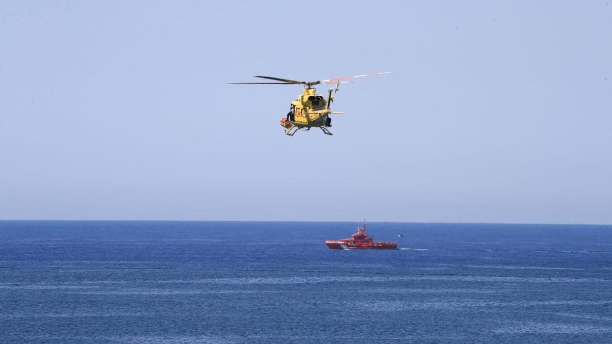 Un helicóptero se une a la búsqueda.
