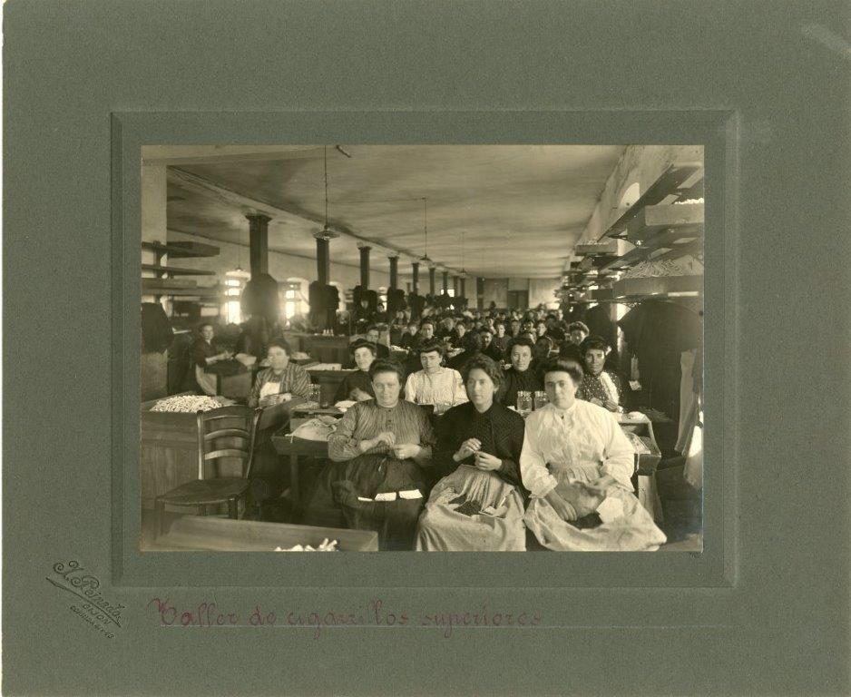 Cigarreras gijonesas en la Fabrica de Tabacos en el a�o 1909. Museu del Pueblu d�Asturies..jpg