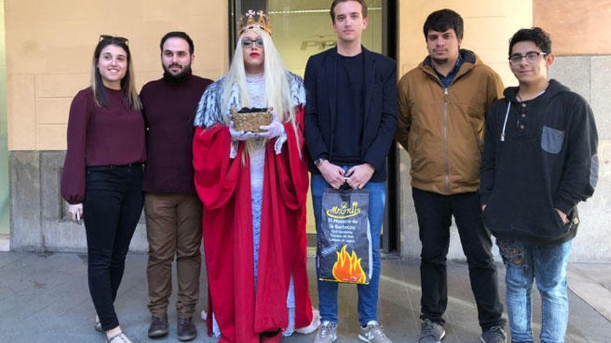 Las Juventudes Socialistas entregan a las NNGG del PP carbón con una 'drag queen'