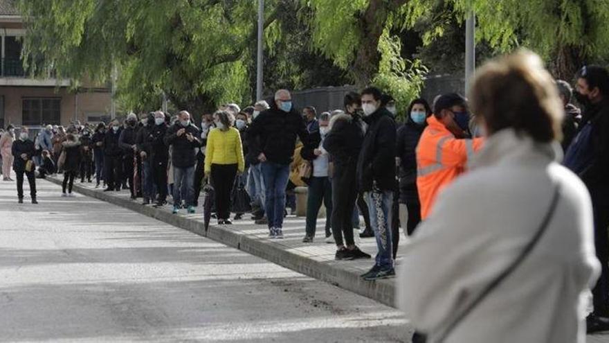 Menschen in Sa Pobla stehen Schlange für Massen-Corona-Tests
