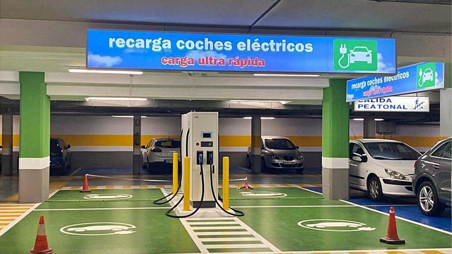 Froiz instala seis puntos de recarga de coches eléctricos en su hipermercado de Pontevedra