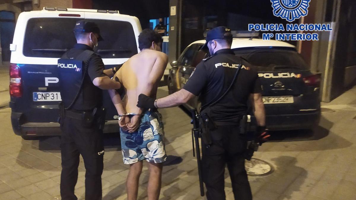 Detenido tras robar en al menos cinco coches y una cafetería